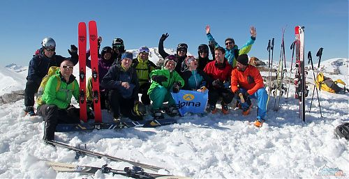 A big group from CK Alpina relaxs on the summit